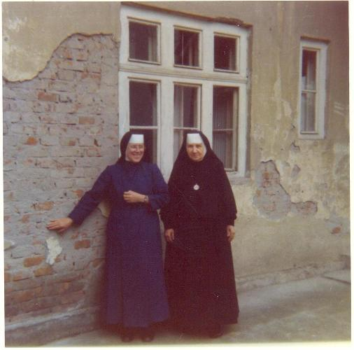 Sestra devota ribari i s ratimira matanovi ispred kue 1969.