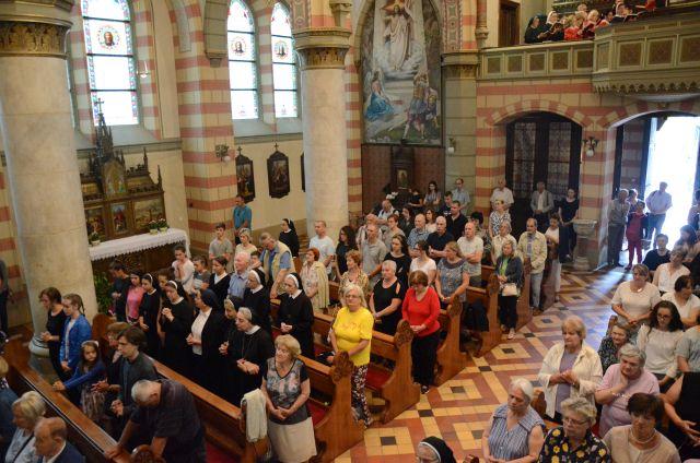 Narod na misi u katedrali