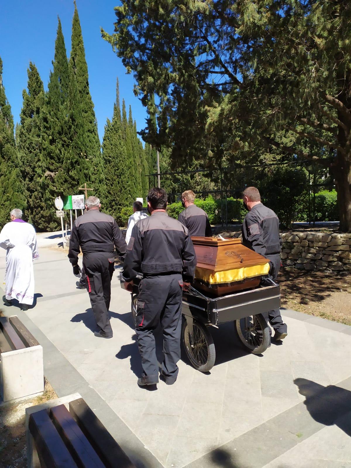 6 lijes u procesiji prema grobnici na poYetku don mirko